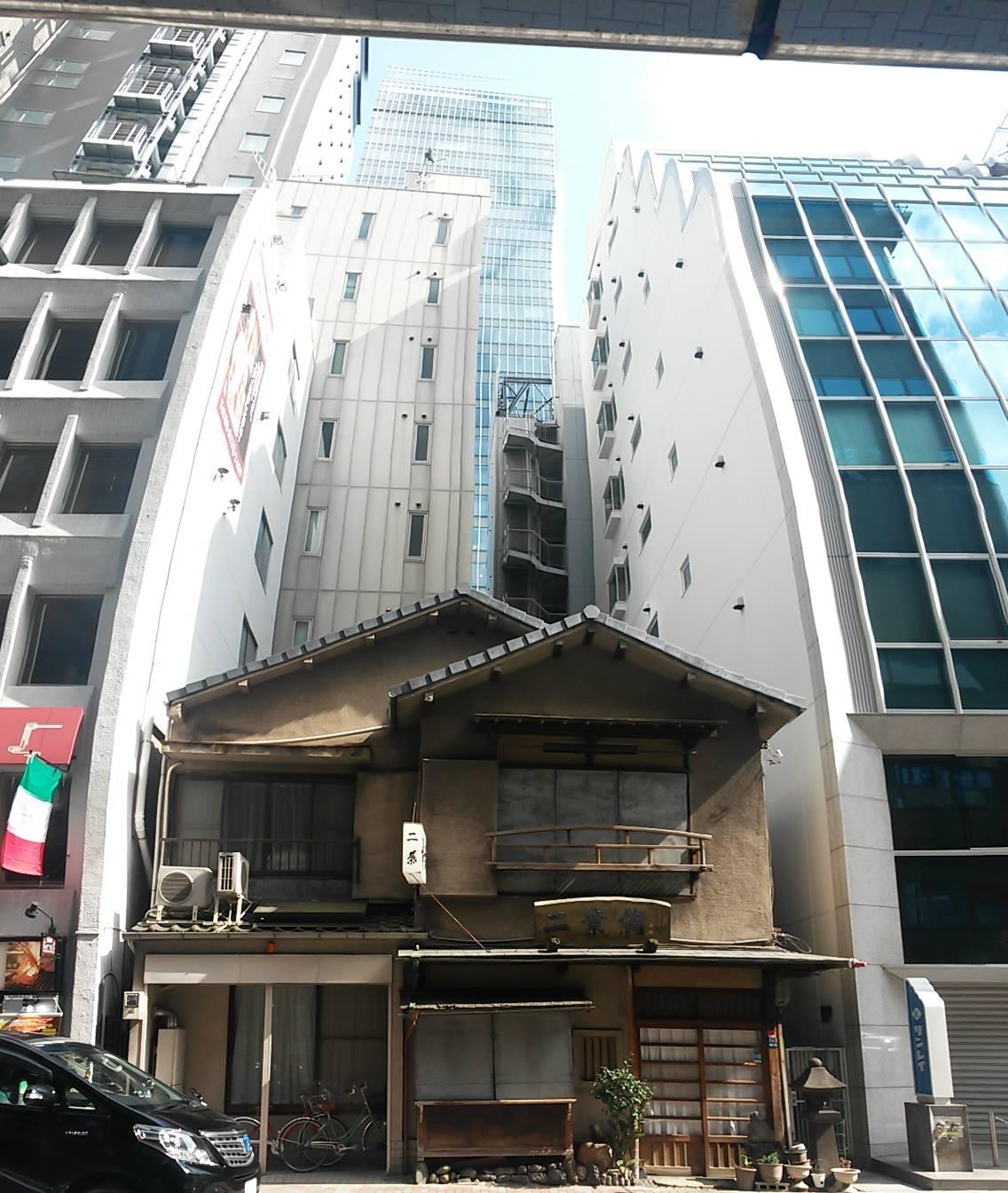 Giappone-piccola-casetta-tra-i-palazzi-Tokyo