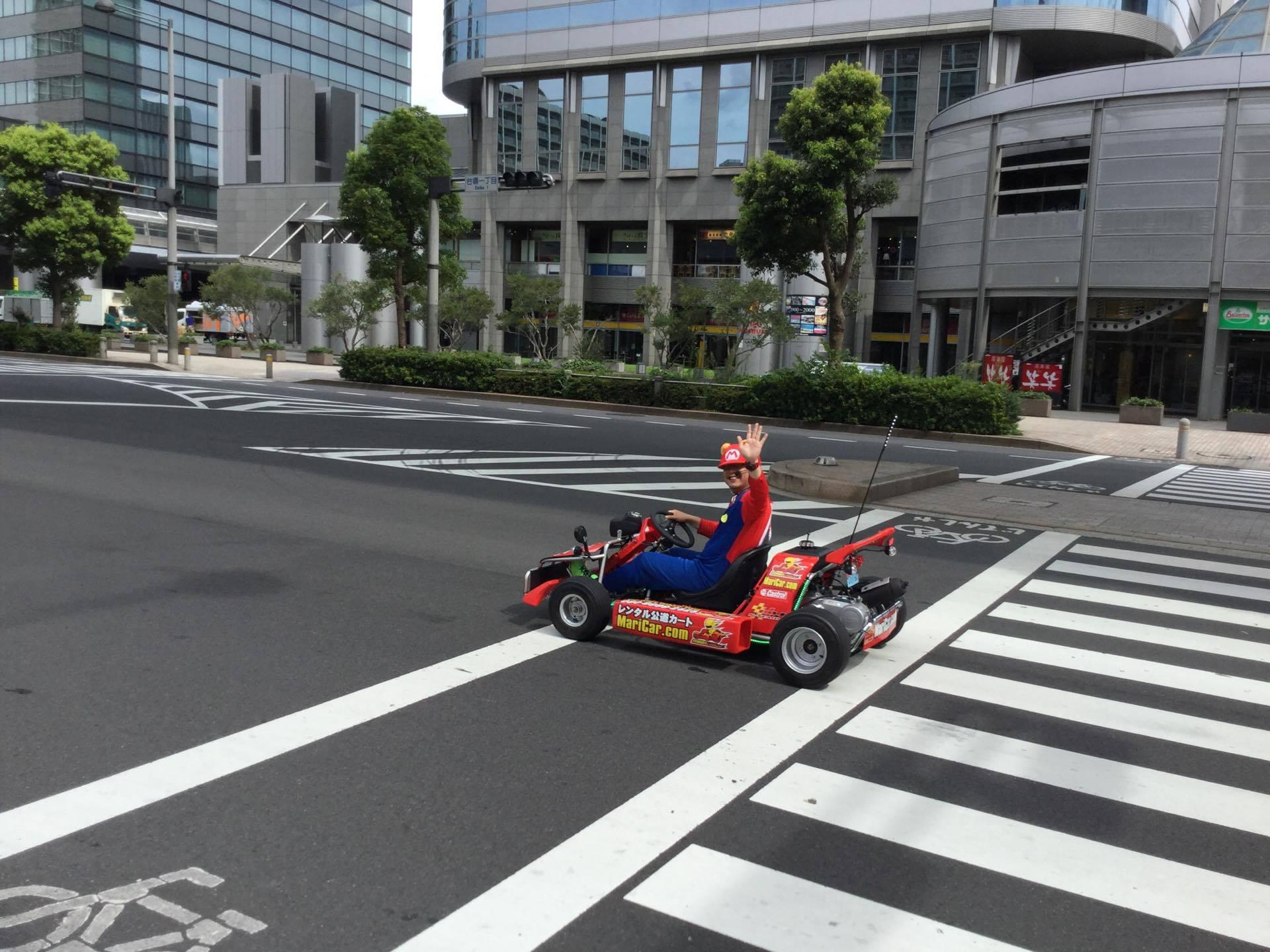 Giapponese-vestito-da-Super-Mario-che-saluta-su-go-kart